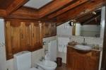 Detalle del mobiliario tallado del baño abuardillado de la Suite de Don Felix Hotel