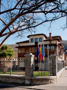 Vista general con las banderas de Don Felix Hotel